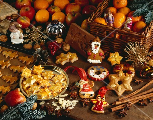 An Christmas arrangement of mandarins and biscuits