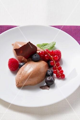 Mousse Au Chocolat, mit frischen Beeren und Minze garniert