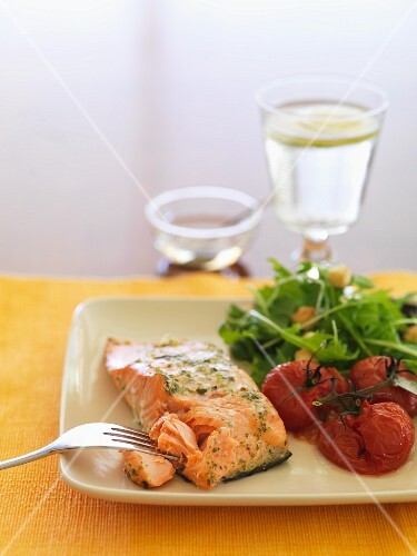 Salmon fillet with tomatoes and rocket