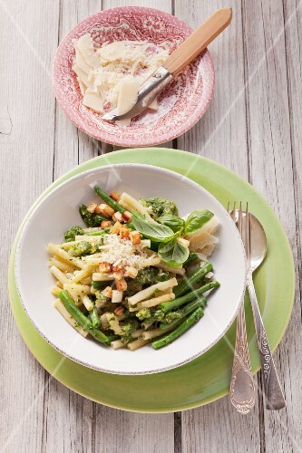 Green beans with macaroni and pesto