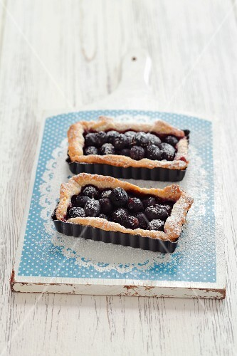 A grape tartlet with icing sugar