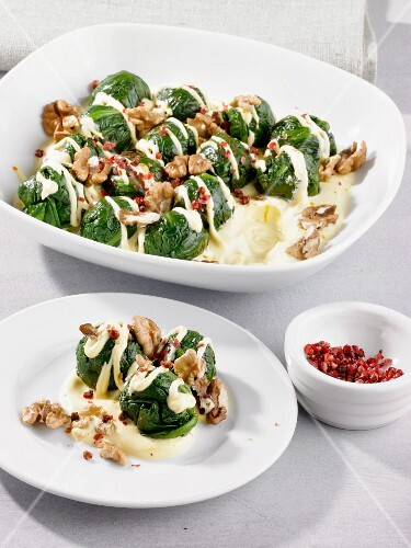 Spinach dumplings with Bechamel sauce and walnuts