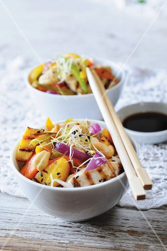 Chicken with mango, vegetables and beansprouts