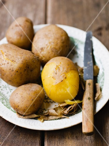 Potatoes boiled in their skins (peeled)