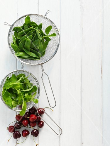 Mange tout, rocket and cherries (seen from above)