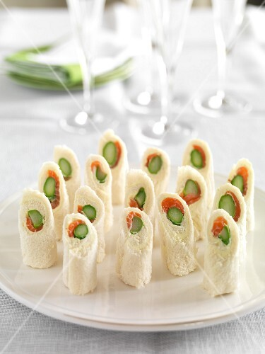 Rolled white bread filled with asparagus and salmon
