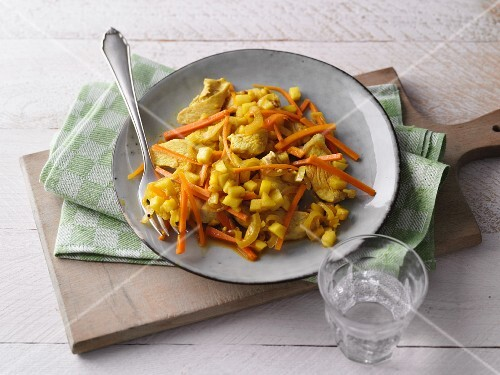 Carrot and apple medley with curry and chicken breast