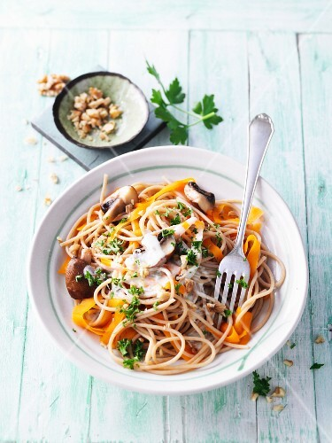 Wholemeal spaghetti with mushrooms, carrots and Gorgonzola sauce