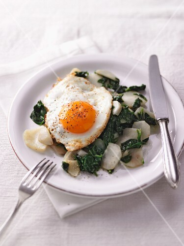 Jerusalem artichoke and spinach medley with a fried egg