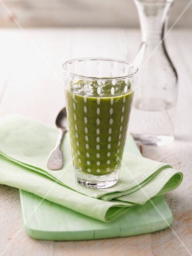 A green smoothie with spinach, papaya and apricots