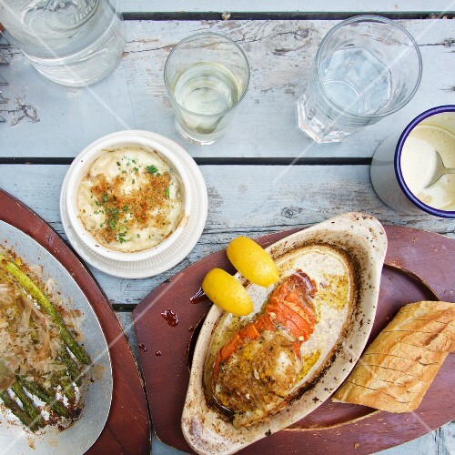 Grilled lobster with white bread and asparagus