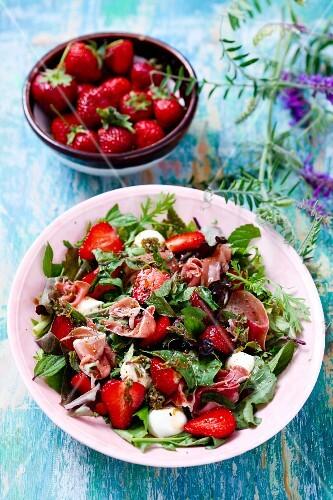 Strawberry salad with ham and mozzarella