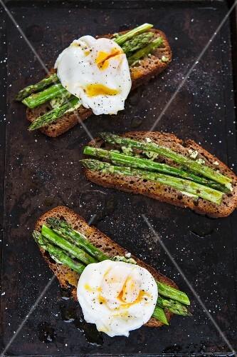 Asparagus and poached egg on toast