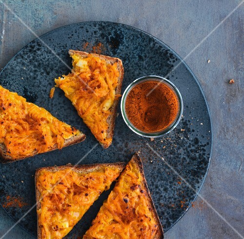 Toast triangles with grated carrots
