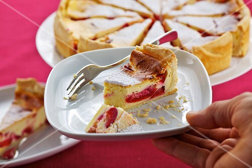 Quark cake with plums