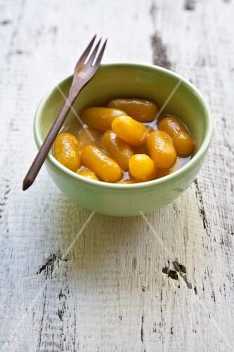 Kluay Tschüam (finger bananas in sweet coconut milk)