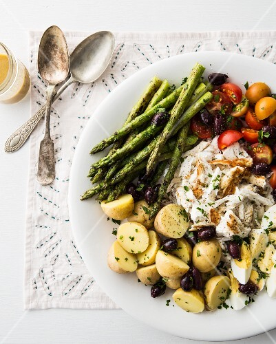 Niçoise salad with asparagus (seen from above)