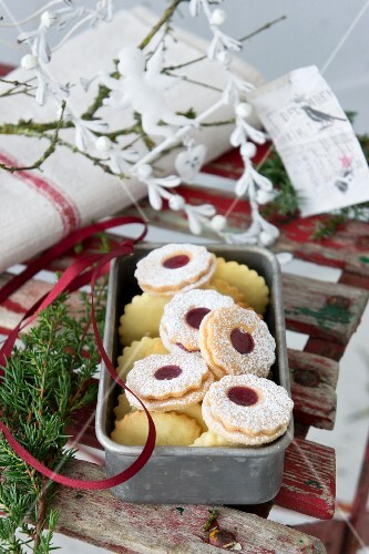 Hildabrötchen (jam-filled shortbread biscuits) in a tin