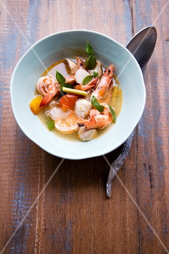 Tom Yam Gung (sweet and sour soup with prawns and mushrooms, Thailand)