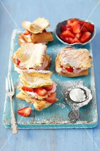 Puff pastries with strawberry mousse
