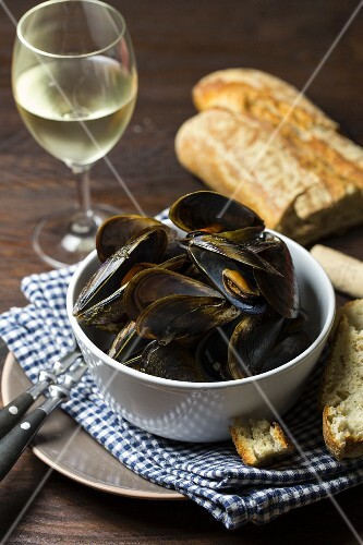 Mussels steamed in white wine served with white bread