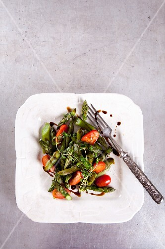 Green asparagus salad with tomatoes, thyme and balsamic vinegar