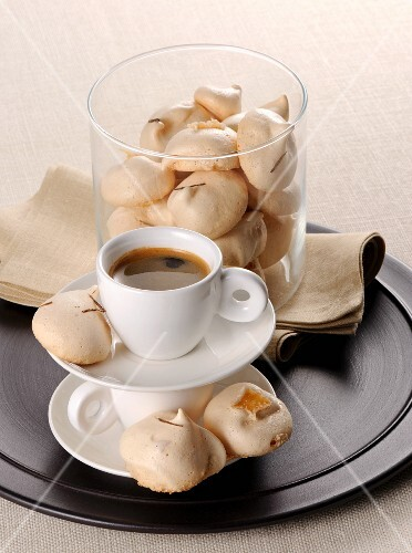 Ginger and meringue biscuits with an espresso