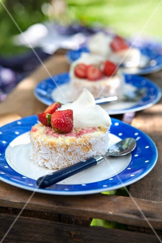 Sponge cake with strawberries and coconut