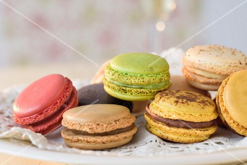 Various different coloured macaroons (close-up)