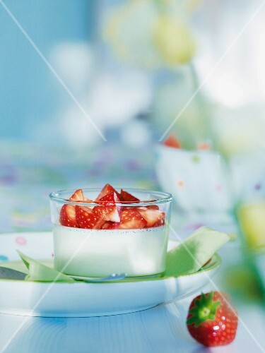 Yoghurt cream with fresh strawberries