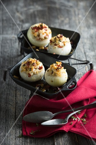 Stuffed onions with capers and thyme
