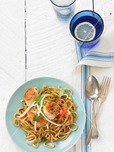 Fried noodles with scallops, peppers and bean sprouts