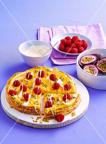 Blätterteigkuchen mit Vanillecreme, Passionsfrucht und Himbeeren