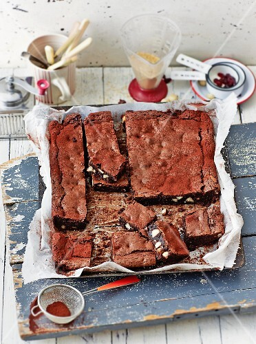 Chocolate and macadamia nut brownies with caramel (USA)