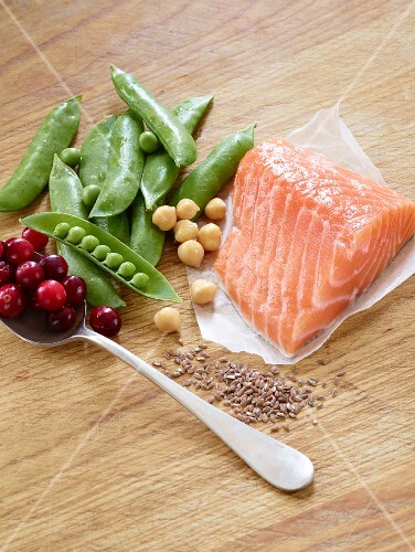 Salmon fillet with peas, chickpeas, flax seeds and cranberries