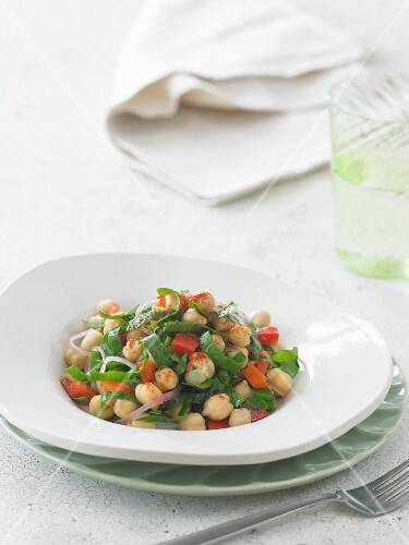 Chickpea salad with peppers and onions