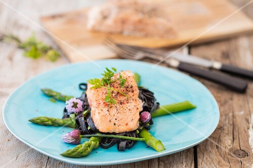 Salmon fillet with sepia pasta and green asparagus