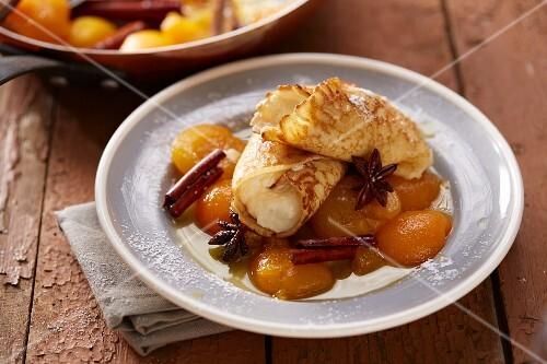 Gefüllte Crepe auf karamellisierten Aprikosen
