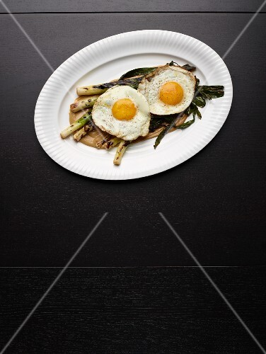 Grilled leek with fried eggs