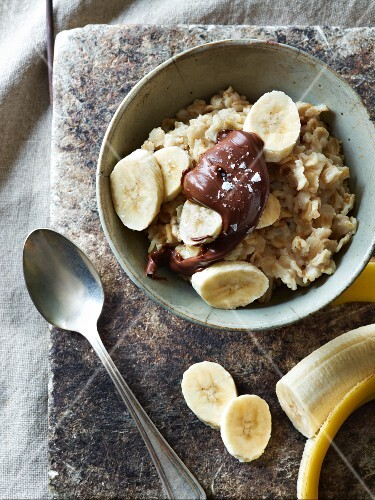 Porridge with chocolate and bananas