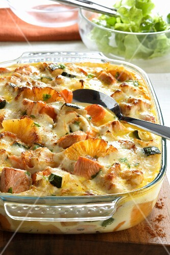 Salmon gratin with pineapple and courgette
