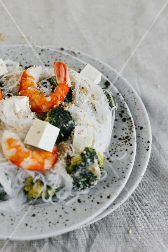 Rice noodles with prawns, tofu and broccoli