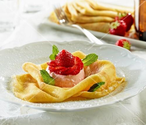 Crepés with strawberry tartlet