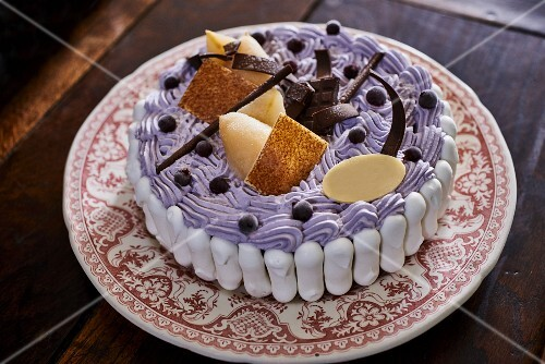 Purple Vacherin tart with chocolate and brittle