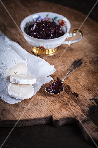 Chutney with red onions, figs and goat's cheese