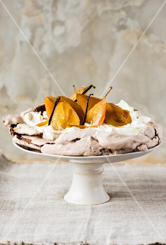 Pavlova with pears and vanilla pods