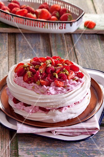 Pavlova with strawberries, raspberries and pistachios