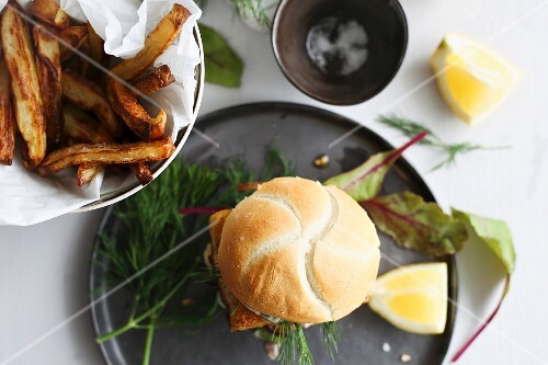Fish burgers with dill and chips