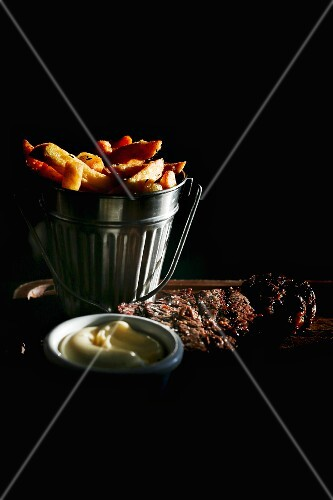 Chips and entrecôte with mayonnaise