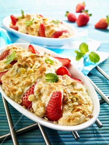 Strawberry gratin with biscuit muesli